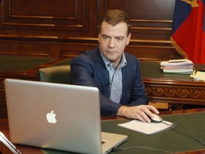 Дмитрий Медведев за компьютером