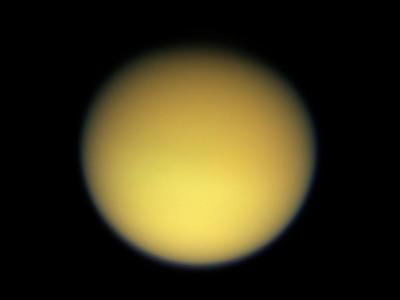 Титан в натуральных цветах (снимок Кассини)