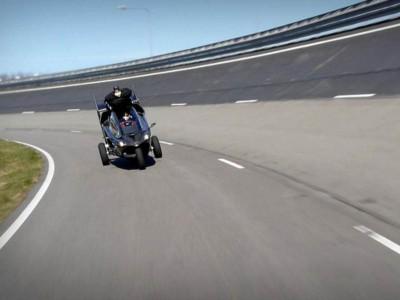 PAL-V в режиме автомобиля движется с максимальной скоростью по трассе