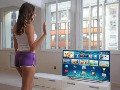 Анджела Белотте упраляет жестами новым телевизором