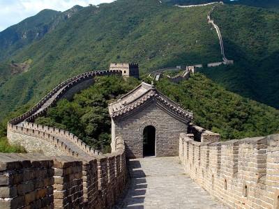 Хорошо сохранившийся фрагмент Великой китайской стены. Место паломничества для туристов.