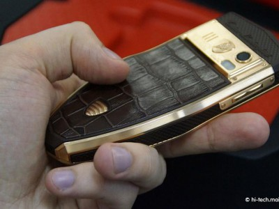 Смартфон изготовлен со вставками кожи крокодила