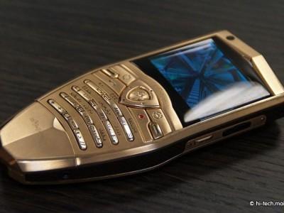 Позолоченный корпус смартфона придает ему изысканный вид
