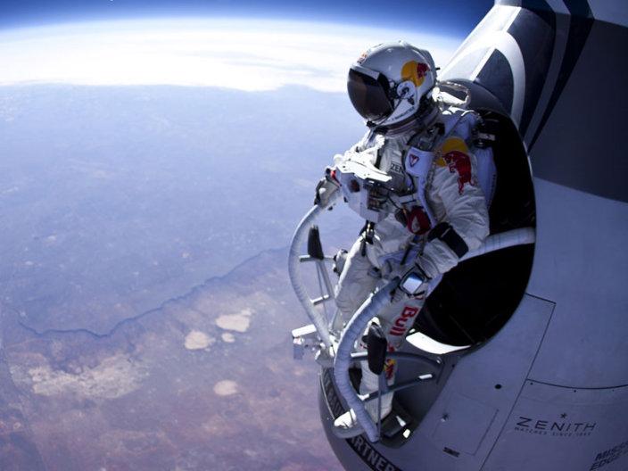 Совершен трижды рекордный прыжок из стратосферы