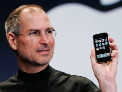 Стив Джобс представляет миру iPhone