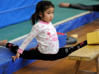 Растяжка молодой спортсменки