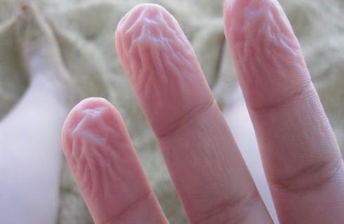 Ученные смогли объяснить, почему морщатся пальцы в воде