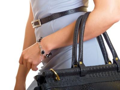 О характере женщины расскажет способ ношения сумки