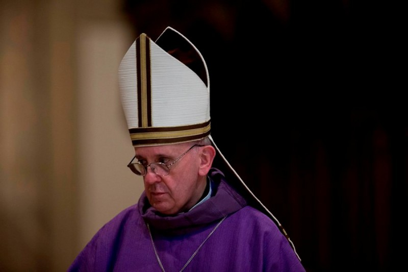 Папа Римский спит во время молитв
