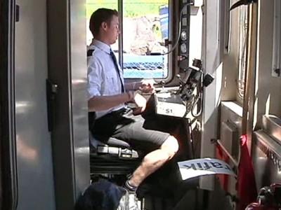 Водители поездов в знак протеста против дресс-кода надели юбки