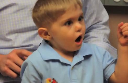 Новый имплантат помог мальчику впервые услышать