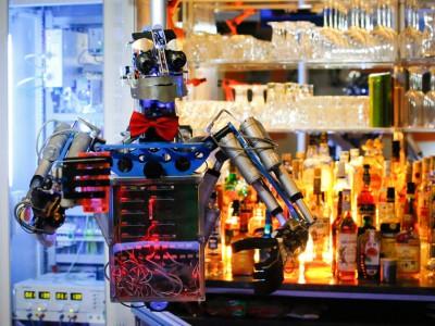 Робот-гуманоид работает барменом в Германии