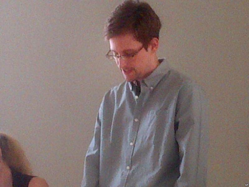 Сноуден встречается с группой, которая ищет ему убежище