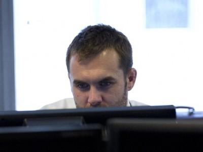 Пол Хайленд сканирует записи камер видеонаблюдения