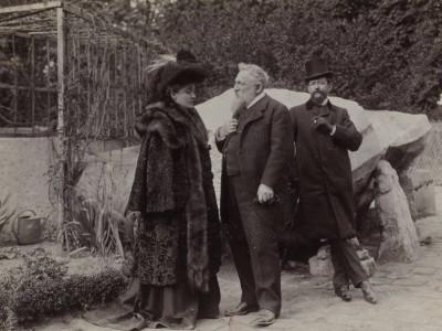 Огюст Роден (в центре)