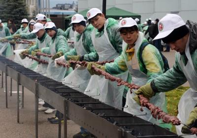 Приготовление самого длинного шашлыка в мире