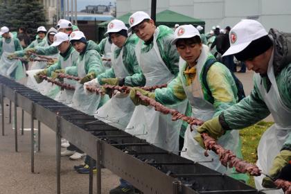 Самый длинный шашлык зажарили в Казани