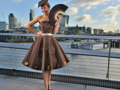 Лорен Смит создала удивительное шоколадное платье