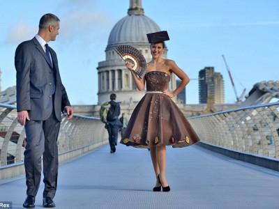 Шоколадное платье весит 50 кг, модели пришлось попотеть, чтобы представить его публике