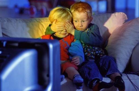 Просмотр телевизора мешает детям понимать людей