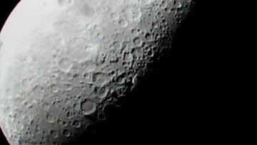 Луна больше похожа на губку, чем на монолит