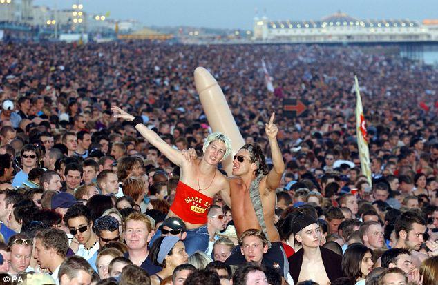 Люди чувствуют себя счастливыми в толпе