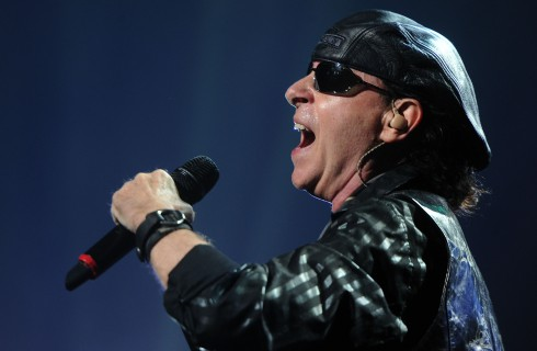 Солист Scorpions спел для пациента хосписа