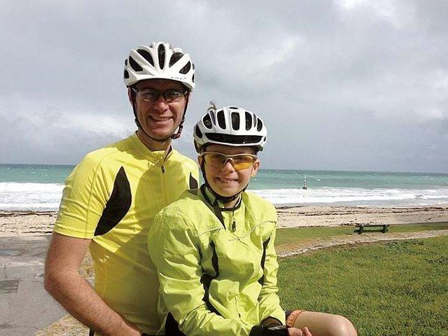 Мальчик на велосипеде помогает детям-сиротам