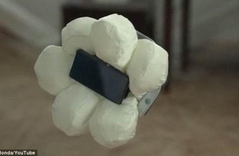 Мобильный телефон, оснащенный подушкой безопасности