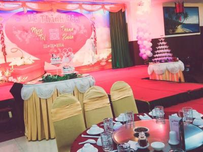 Украшение сцены. Видны имена жениха и невесты, торт, бокалы с сухим льдом, в которой для красоты потом нальют шампанское