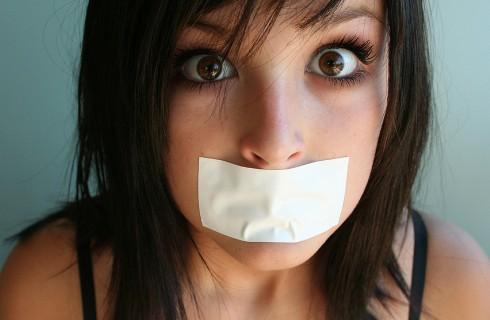 Способ заставить болтуна замолчать