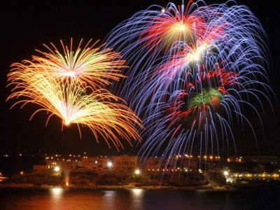 Города мира в апреле: фестиваль фейеверков на Мальте