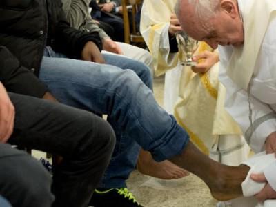 Франциск I омывает ноги мусульманину