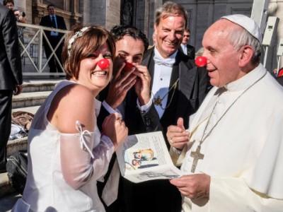 Франциск I не побоялся одеть себе клоунский нос