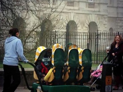 Шестиместный багги ездит по улицам Кембриджа