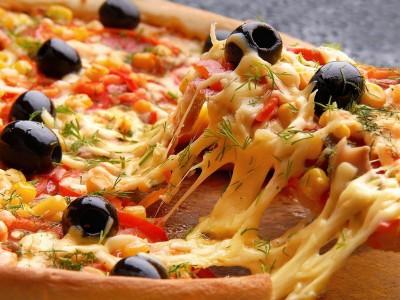 Пицца с аппетитными оливками