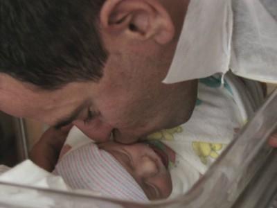Необычные роды: Брайан Ланде и его новорожденный сын