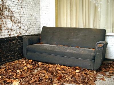 Стали богачами, купив старый диван