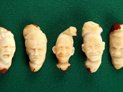 Лица футболистов вырезанные на бразильских орехах