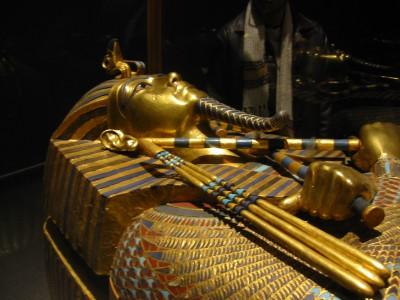 Древняя мумия в египетском саркофаге