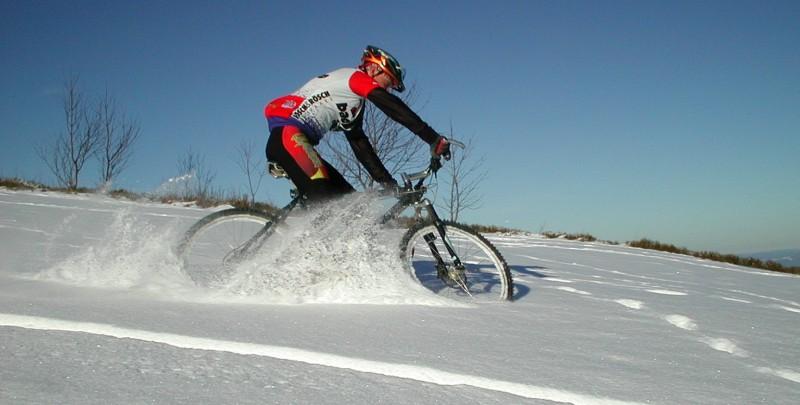 Настоящий экстрим: езда подо льдом на велосипеде
