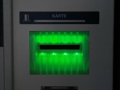 Слот для карт в банкомате