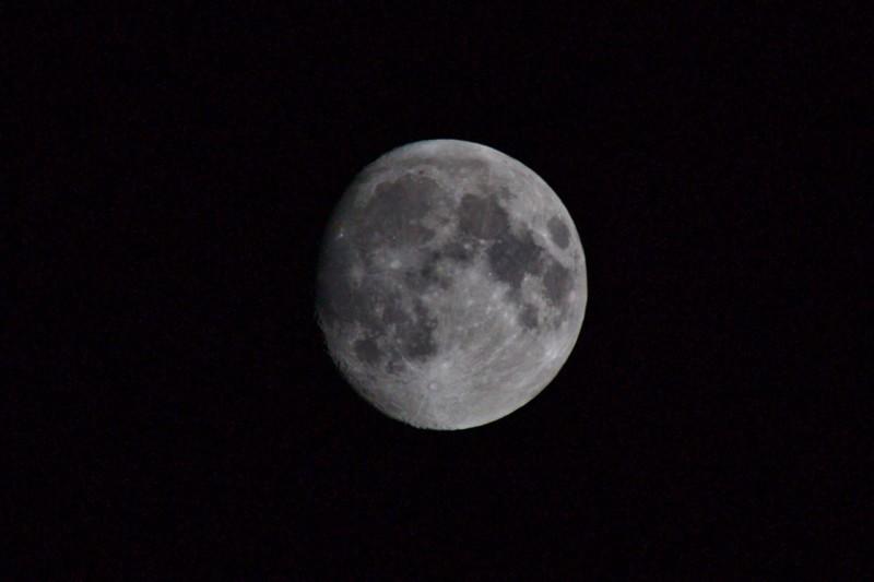Луна имеет форму лимона