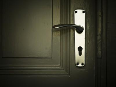 Прикоснувшись к дверной ручке можно заразиться вирусом ОРВИ