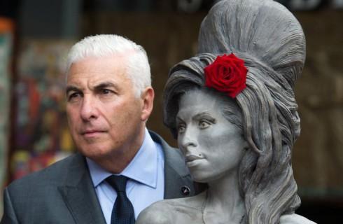 В Лондоне установлена статуя Эми Уайнхаус