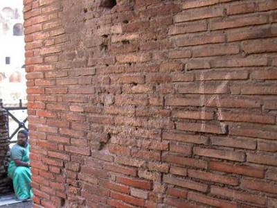 Инициалы на стене Колизея