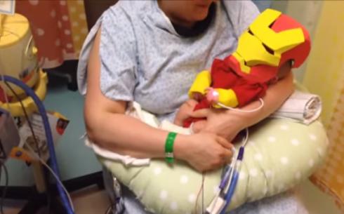 Костюм Железного человека защищает новорожденного
