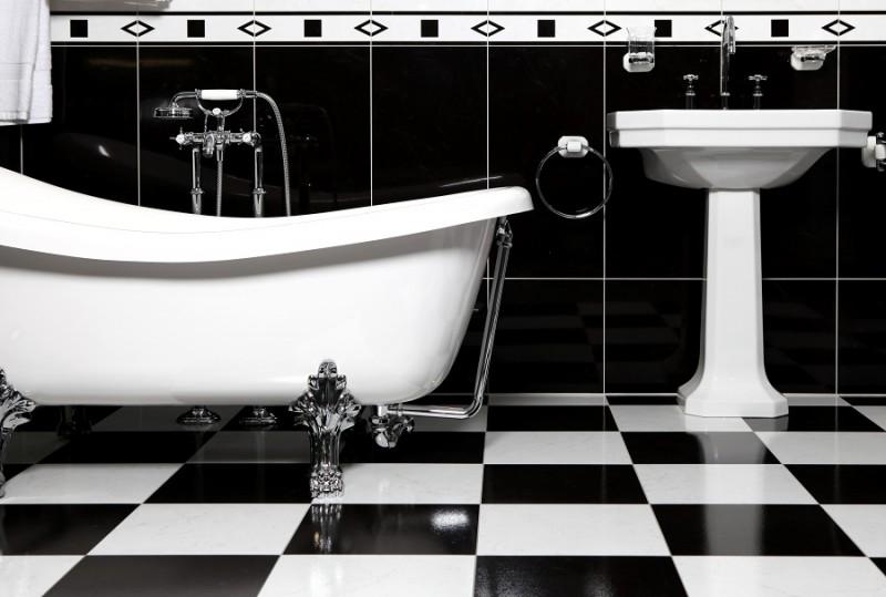 Теплая летняя атмосфера в интерьере ванной комнаты