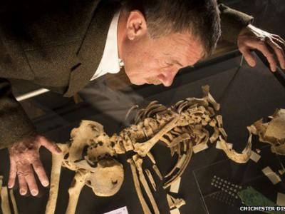 Скелет с бронзовым кинжалом