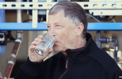 Билл Гейтс пьет воду из фекалий